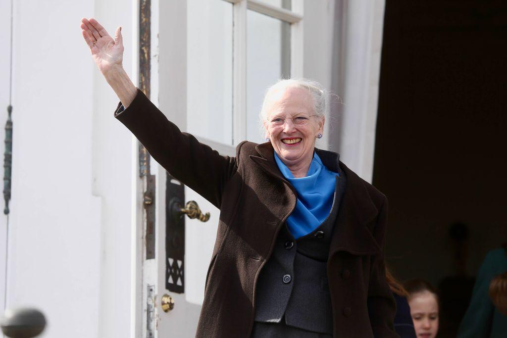 Tanskan kuningatar Margareeta, 79, maalaa videolla pääsiäismunia - taiteili upean kanan