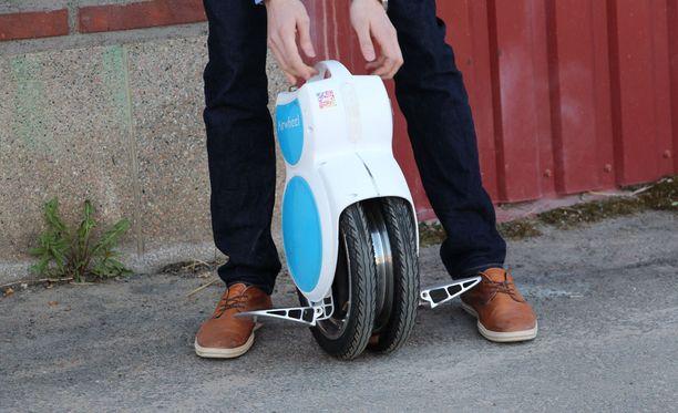 Airwheel Q6:n ajaminen vaatii harjoittelua.