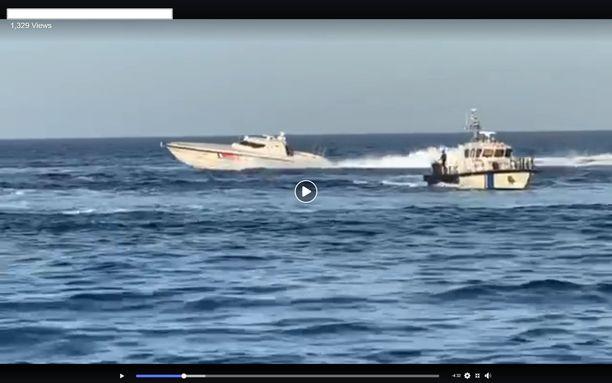 """Turkin rannikkovartioston """"muskelivene"""" ohitti Rajavartiolaitoksen partioveneen näin läheltä."""
