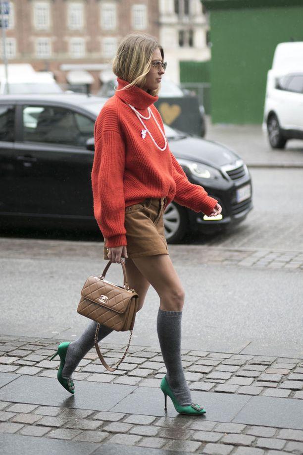 Minihameella pärjää - ainakin hetken - viileässä ilmassa, kun sen kaveriksi pukee ylipolvensukat sekä paksun pooloneuleen.