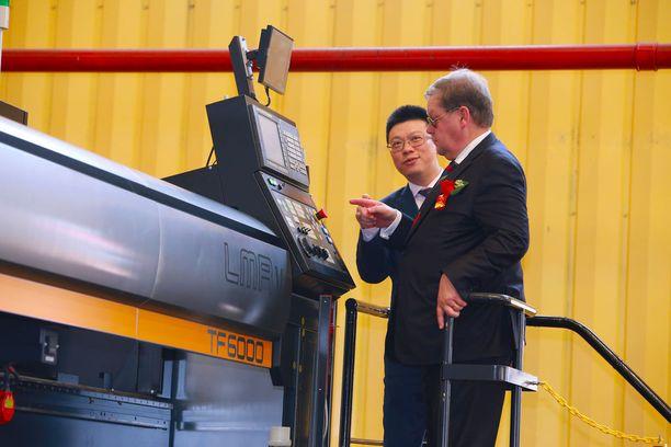 Kiinalaistelakan tomitusjohtaja Lin Qin ja Viking Linen toimitusjohtaja Jan Hanses painoivat nappia, jolla käynnistettiin aluksen ensimmäisten teräslevyn leikkaamisen.