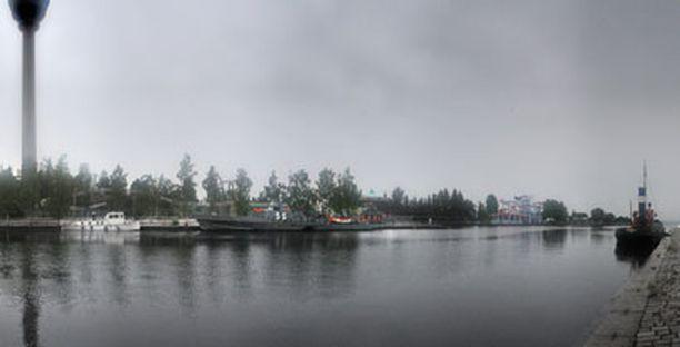 Yrittäjä Jouko Remeksen sota-alukset ovat edelleen Mustanlahden satamassa Särkänniemen kupeessa.