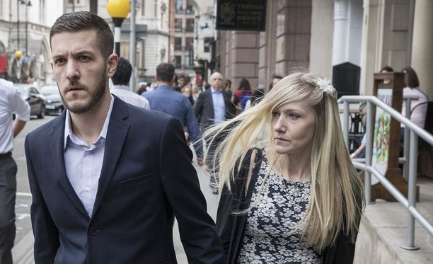 Chris Gard ja Connie Yates Royal Courts of Justice -oikeustalon edessä Lontoossa viime toukokuussa.