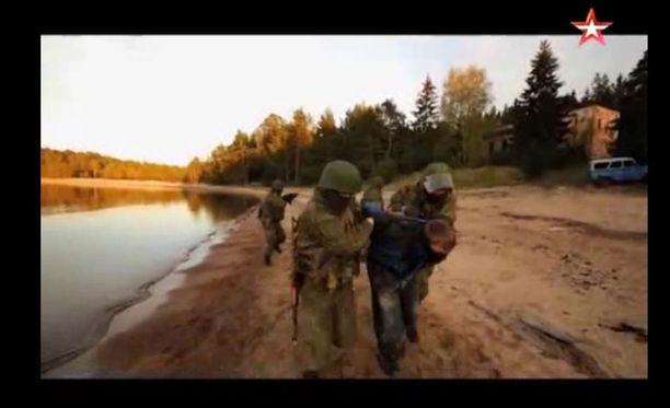 """Venäläissotilaat ottavat videolla """"merirosvoja"""" vangiksi."""