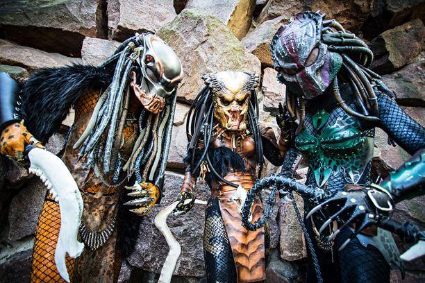 Vilma Pentikäinen, Noora Nevalainen ja Linda Pentikäinen pukeutuivat Predator-elokuvista inspiroituneisiin asuihin.