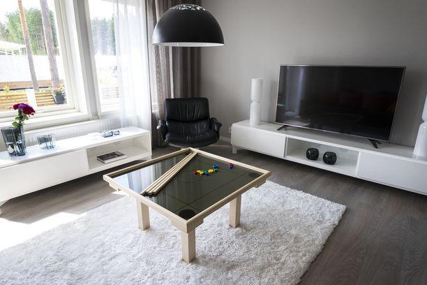 Asuntomessukohde 31. Tässä olohuoneessa on näppärä sohvapöytä.