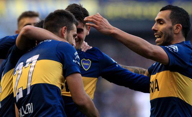 Jonathan Calleri (27) oli Boca Juniors -pelaajien juhlinnan keskipisteenä Carlos Tevezin (oikealla) paluuottelussa.