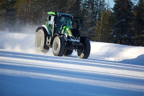 Traktorille yli 130 km/h nopeus on huimaa menoa.