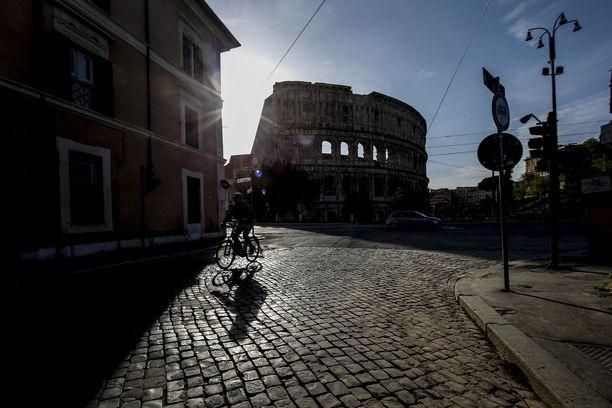 Italia on yksi maailman pahimmista koronaviruksen epidemia-alueista. Kuvassa pääkaupunki Rooman autiot kadut.