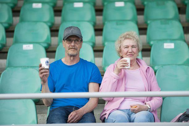 Aarre ja Seija Peltola saapuivat Jämsästä Jyväskylään katsomaan keihään kutsukisaa.