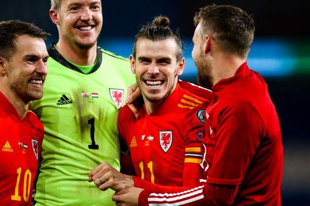 Aaron Ramsey, Gareth Bale ja Wayne Hennessey naureskelivat EM-kisapaikan varmistuttua.