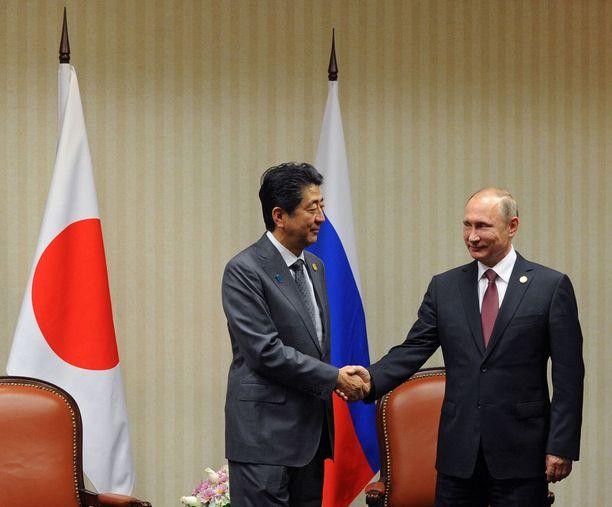 Japanin pääministeri Shinzo Abe ja Venäjän presidentti Vladimir Putin kättelivät 19. marraskuuta Perussa.