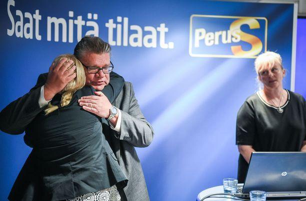 Hanna Mäntylä ja Timo Soini halasivat tunteikkaassa tiedotustilaisuudessa, jossa Mäntylän ministerierosta kerrottiin. Mäntylää seurasi tehtävässä Pirkko Mattila.
