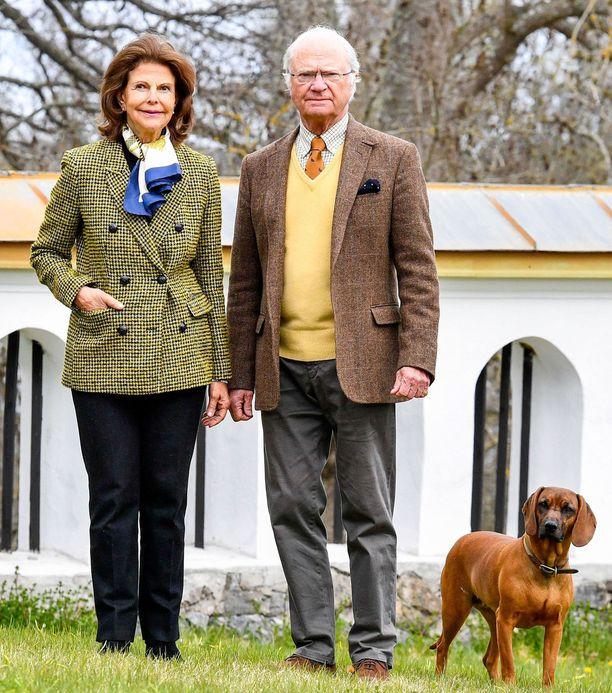 Silvia ja Kaarle Kustaa ovat viettäneet korona-aikaa pitkälti Drottningholmin ja Stenhammarin linnassa, josta kuvakin on. Kuvassa myös heidän koiransa Brandie
