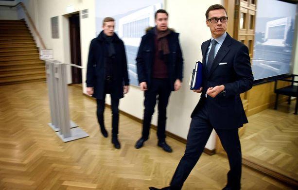Valtiovarainministeri Alexander Stubb (kok) kiirehti keskiviikkona eduskunnan istuntosaliin painamaan läsnäolonappia.