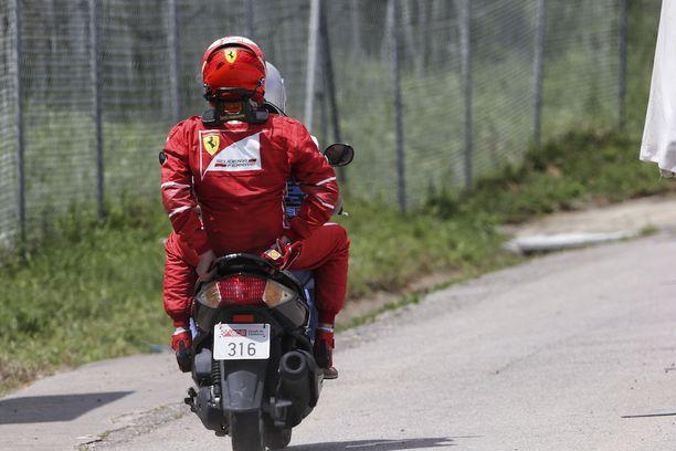 Kimi Räikkönen sai kyydin radan toiselta puolelta takaisin varikolle.