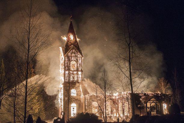 Kun pelastuslaitos ehti paikalle, mitään ei ollut enää tehtävissä kirkon pelastamiseksi.