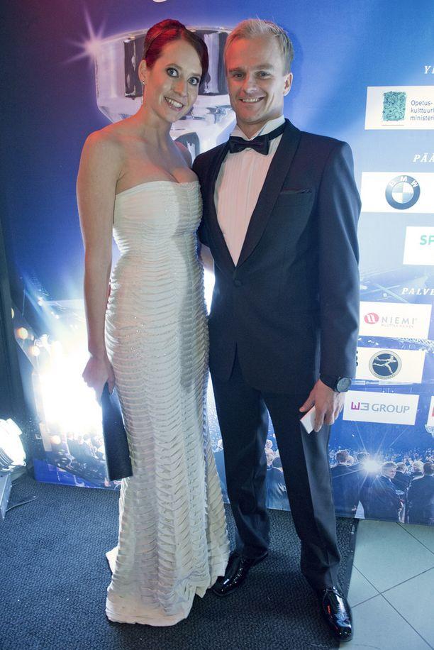 Catherine Hyde ja Heikki Kovalainen edustivat upeina Urheilugaalassa kolme vuotta sitten.