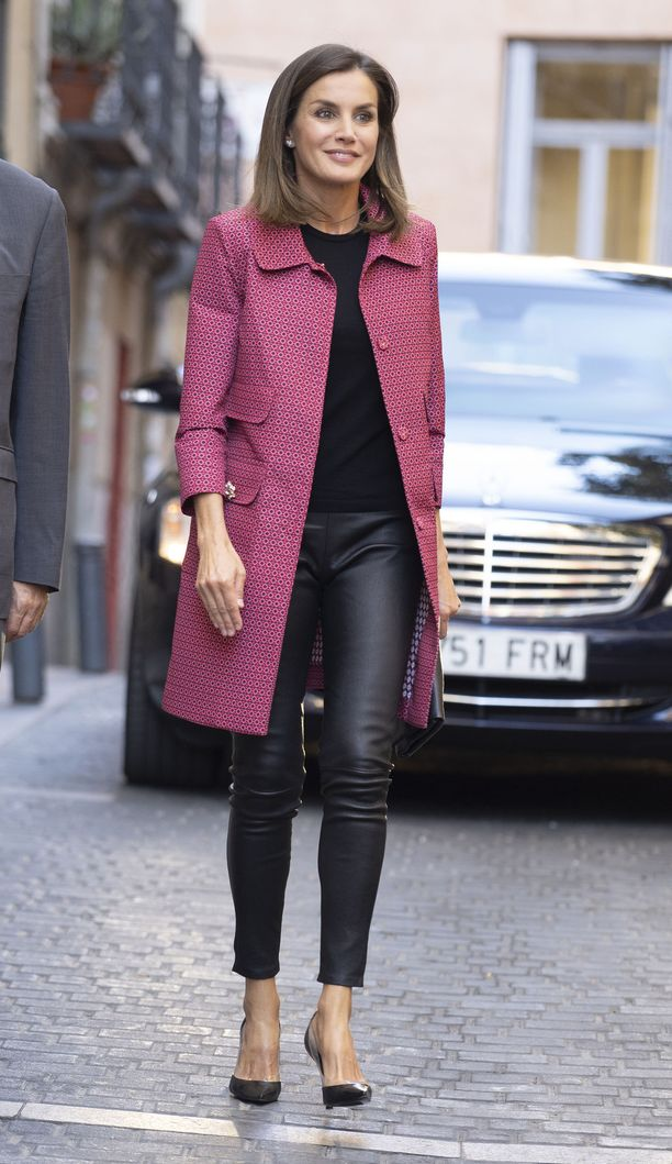Letizia nähtiin Madridissa tässä kuussa myös Atos Lombardinin pinkissä takissa sekä Uterquen nahkalegginsseissä - jos kuningatar voi näyttäytyä julkisesti legginsseissä, niin voimme mekin!