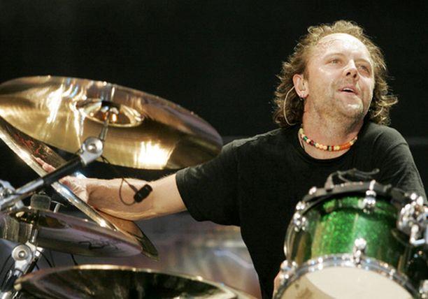 Metallican rumpali Lars Ulrich viime kesänä Englannissa soittamassa.