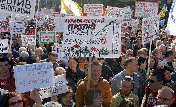 Järjestäjien mukaan mielenosoituksiin osallistui noin 30 000 ihmistä, poliisin mukaan huomattavasti vähemmän.