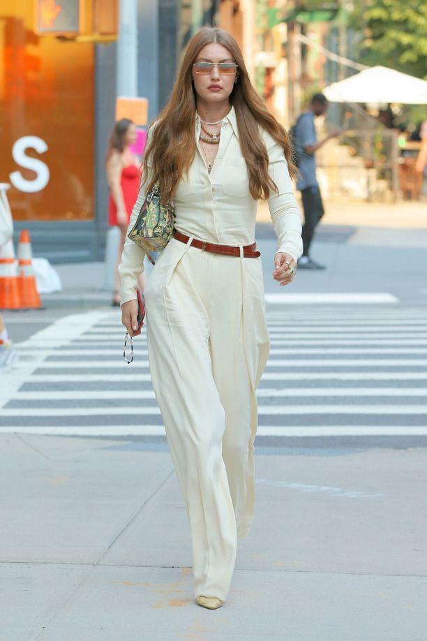 Malli Gigi Hadid yhdistää hulmulahkeet tyylikkäästi samansävyiseen puseroon.