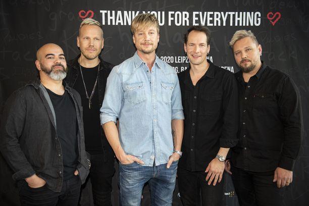 Raul Ruutu (vas,) Osmo Ikonen, Samu Haber, Riku Rajamaa ja Sami Ojala lopettavat Sunrise Avenuen. Yhtye perustettiin vuonna 2002, ja sen levyjä on myyty yli 2,5 miljoonaa.