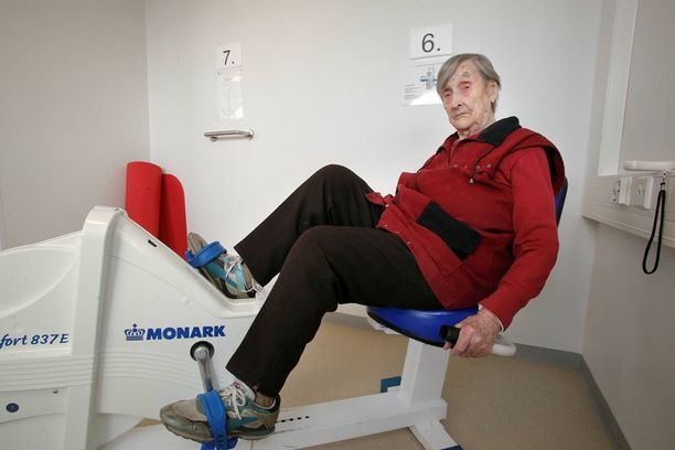 103-vuotias Salme Haltia käy joka maanantai kuntosalilla treenaamassa. Aluksi jumpataan ja venytellään, sitten kierretään kaikki laitteet.