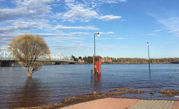Lumien nopea sulaminen on aiheuttanut Lapissa tulvia. Kuva on Torniosta.
