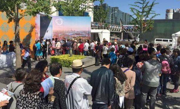 Moi Helsinki -tapahtuman päätöspäivä veti kävijöitä Pekingin Xidan-aukiolle.