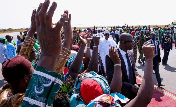 Nigerian presidentti Muhammadu Buhari (kesk) saapui Gambiaan kriisineuvonpitoon viikonloppuna. Vaaleissa syrjäytetyn presidentti Yahya Jammehin mukaan ulkovallat ovat sekaantuneet Gambian sisäisiin asioihin.