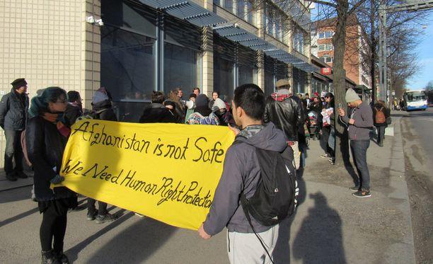 Karkotukset ja palautuslennot ovat herättäneet myös vastustusmielialaa. Kuva Tampereelta huhtikuun mielenosoituksista.
