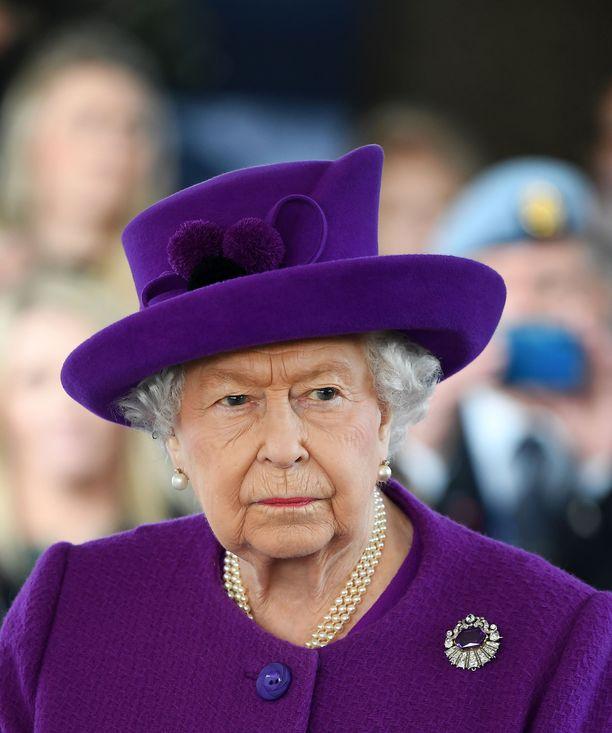 Kuningatar Elisabet olisi toivonut Harryn ja Meghanin jatkavan hovin jäseninä.