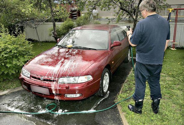 Oman auton pesu on monelle omakotiasukkaalle hauska harrastus ja säästötapa, mutta jatkuva lotraaminen vaatii jo erikseen rakennetun pesupaikan.