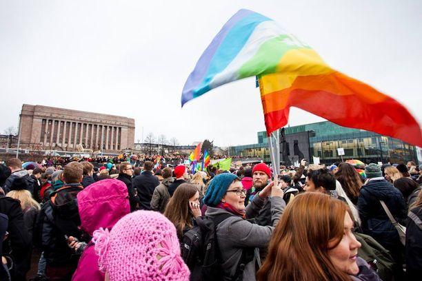 Eduskuntatalon edustalla osoitettiin mieltä tasa-arvoisen avioliittolain puolesta marraskuussa 2014.