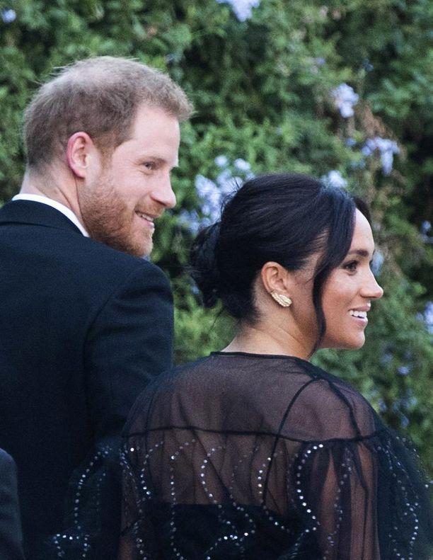 Prinssi Harry ja herttuatar Meghan kuvattuina Misha Nonoon häissä perjantaina.