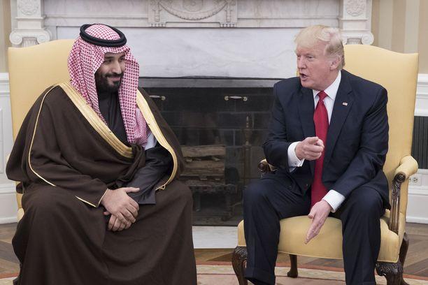 Presidentti Donald Trump otti bin Salmanin vastaan Valkoisessa talossa maaliskuussa 2017 eli muutama kuukausi ennen kuin miehestä tehtiin kruununprinssi.