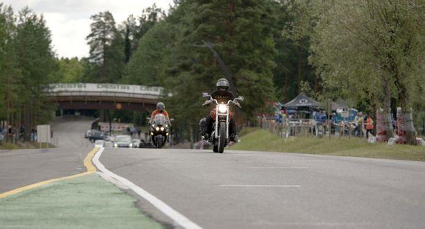 Wilén-Jäppisen tytär johti kunniasaattoa sillan ali äitinsä moottoripyörällä.