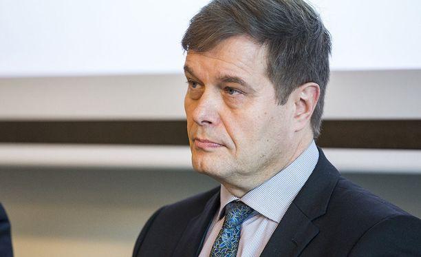 Eduskunnan lakivaliokunnan puheenjohtaja Kari Tolvanen (kok) uskoo, että lainsäädännön aukot saadaan korjattua.