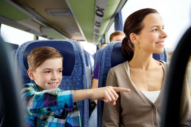 Pikkupojan viaton kysymys sai bussimatkustajat nauramaan. Kuvituskuva.