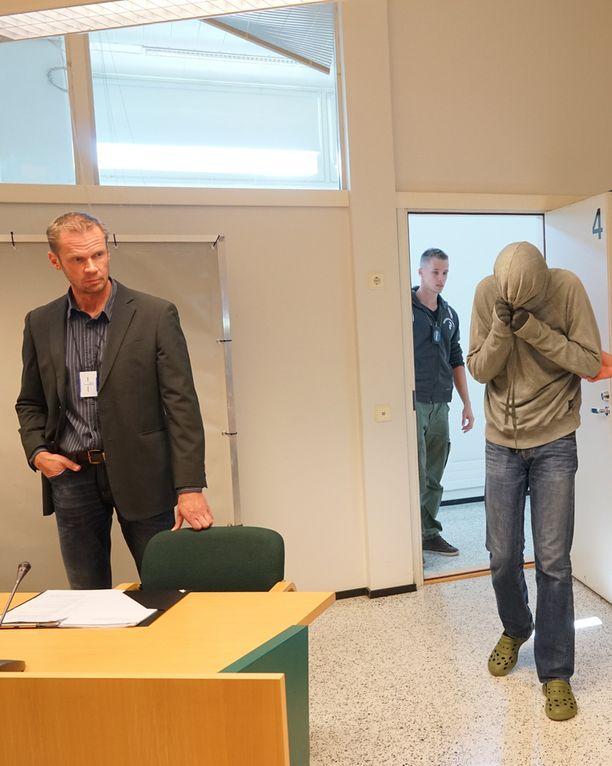 Tutkinnanjohtaja Kari Siivo (vas.) muistuttaa, että ilmakiväärin ei voi olettaa olevan vaaraton ase.