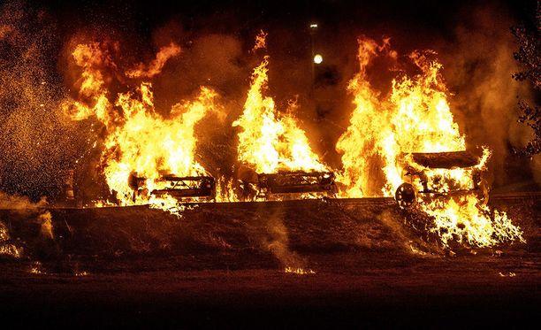 Myös Trolhättanissa sytytettiin eilen tuleen useita autoja iskussa, jonka poliisi epäilee olevan koordinoitu sosiaalisessa mediassa.