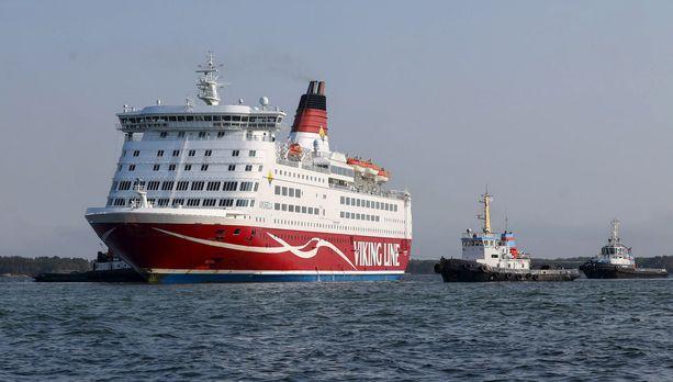 Hinaajat auttoivat Viking Linen risteilyalus Amorellan liikkeelle Järsö-saaren rantavedestä Ahvenanmaalla 23. syyskuuta. Merivoimien sukeltajat ovat löytäneet laivaväylältä sinne kuulumatonta ainesta samasta paikasta, jossa Amorella sai runkoonsa vuodon.