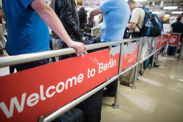 Noin sata lentoa peruttiin, kun Air Berlinin lentäjät eivät saapuneet tiistaina töihin.