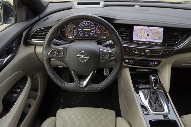 Opelin nykyohjaamo on modernin ja selkeän näköinen.