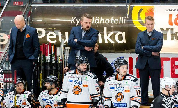 Antti Pennanen (ylh. kesk.) ihmetteli HPK:n lepsuilua. Arkistokuva.