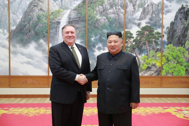 Ulkoministeri Mike Pompeo ja Kim Jong-un tapasivat sunnuntaina Pjongjangissa. Kyseessä oli Pompeon neljäs vierailu Pohjois-Koreassa.