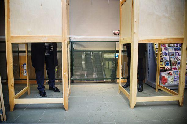 Myös Lappeenrannan Prisman äänestyspaikalla oli kymmenien metrien jono tiistaina kello 19 jälkeen. Kuvituskuva.