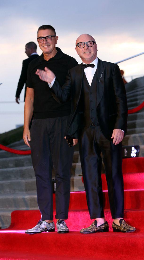 Stefano Gabbana (oik.) omistaa muotimerkki Dolce & Gabbanan yhdessä Domenico Dolcen kanssa.