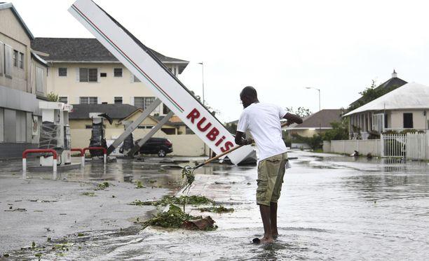 Matthewn jälkiä siivotaan bensa-asemalla Nassaussa Bahama-saarilla. Myrsky on jo ohittanut saaren.